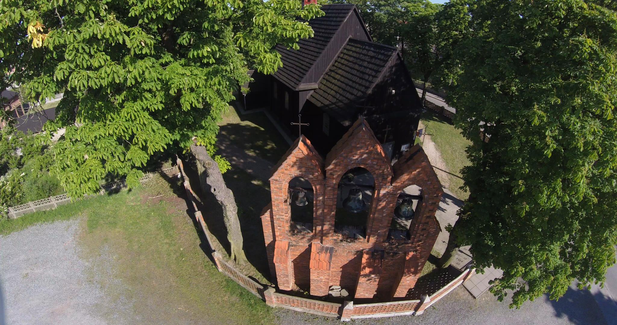Drewniany kościół w Kosmowie - z lotu ptaka