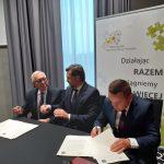 Podpisanie porozumienia z Gminą Uniejów; od lewej: J. Podłużny, K. Kinastowski, J. Kaczmarek.