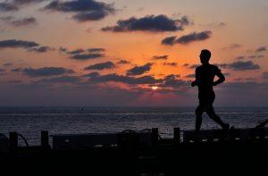 Na zdjęciu biegacz o zachodzie słońca; Fot. pixabay.com