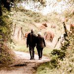 Para Seniorów w trakcie spaceru.