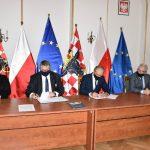 Samorządowcy Aglomeracji Kalisko-Ostrowskie w trakcie podpisania umowy.